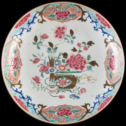 Chine  Coupe en porcelaine à décor polychrome...