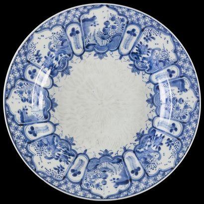 Japon  Plat rond en porcelaine à décor en...