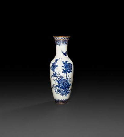 Sèvres  Vase balustre en porcelaine à décor...