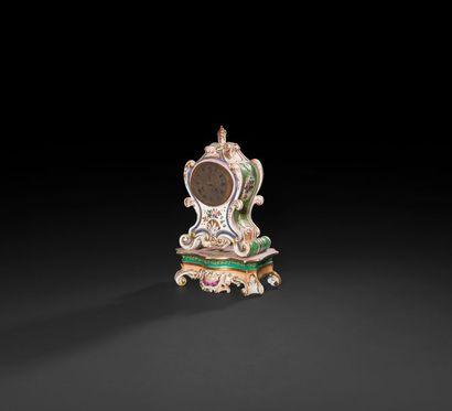 Paris  Pendule en porcelaine de forme rocaille...