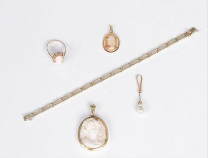 Lot de bijoux comprenant : un bracelet en...