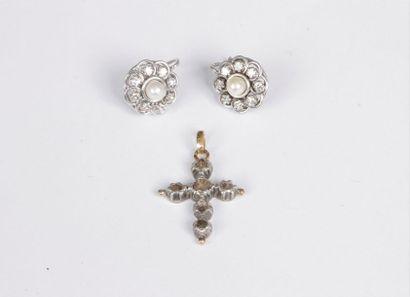 Lot de deux bijoux comprenant : une paire...