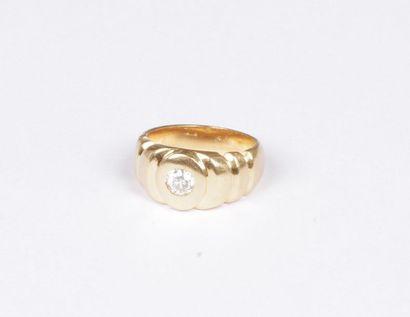 Bague en or jaune 18K (750), ornée d'un diamant...