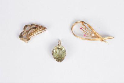 Lot de bijoux comprenant : un pendentif en...