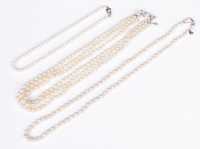 Suite de 3 colliers de perles de culture : l'un composé de 3 rangs en chute (diamètre...