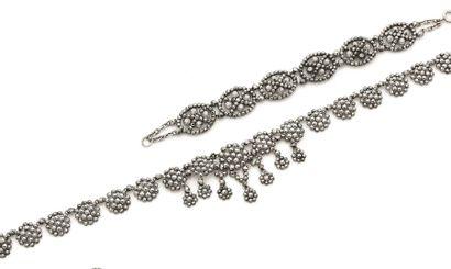 Suite de deux bijoux en acier comprenant...