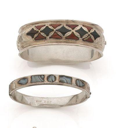Suite de deux bracelets ouvrant en argent...