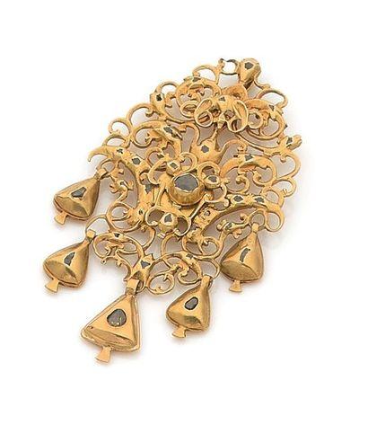 Pendentif en or découpé de rinceaux stylisés...