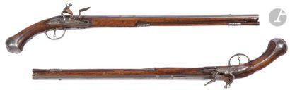 Très longue et fine paire de pistolets d'arçon...