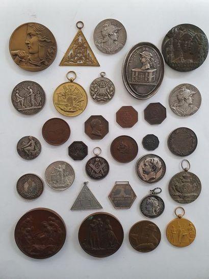 MÉDAILLES DE TABLE Ensemble de 33 médailles...