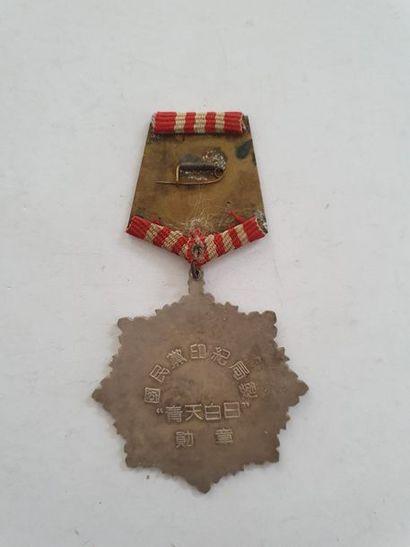 CHINE Étoile du type de l'ordre de l'étoile brillante En métal argenté et laqué....
