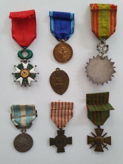 FRANCE ORDRE DE LA LÉGION D'HONNEUR – DIVERS Ensemble de sept décorations et insigne:...