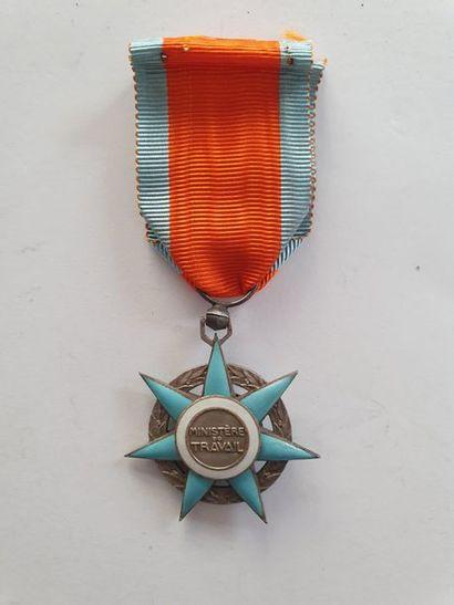 FRANCE ORDRE DU MÉRITE SOCIAL Étoile de chevalier en argent et émail (éclat). 45...