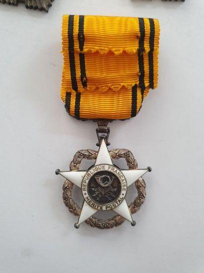 FRANCE ORDRE DU MÉRITE POSTAL - DIVERS Huit médailles dont chevalier du Mérite postal...