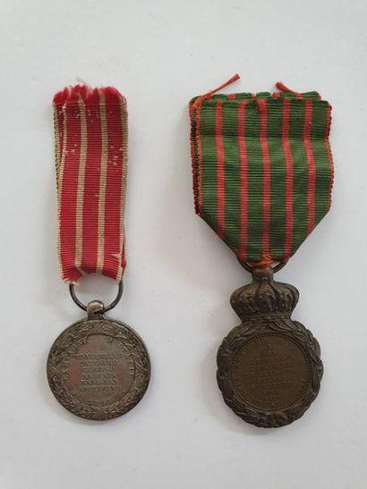 FRANCE – SECOND EMPIRE. Deux médailles: - Médaille de Sainte Hélène en bronze patiné....