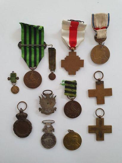 FRANCE – GUERRE DE 1870 Ensemble de douze médailles: Commémorative 1870-1871 à...