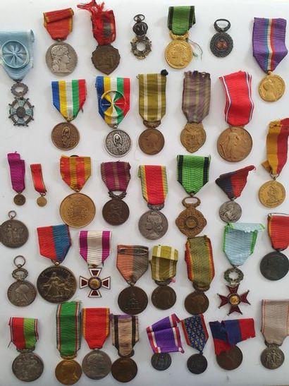 DIVERS Important ensemble de 36 médailles...