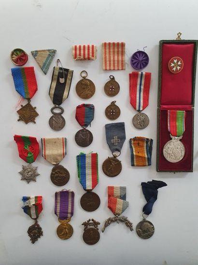 DIVERS Ensemble de 17 médailles dont médaille...
