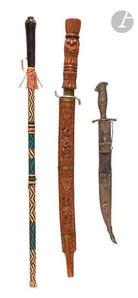 Trois armes blanches : - couteau d'Asie du...