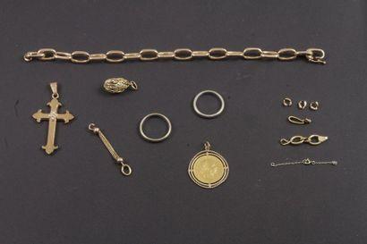 Lot de bijoux et bris d'or dont une pièce...