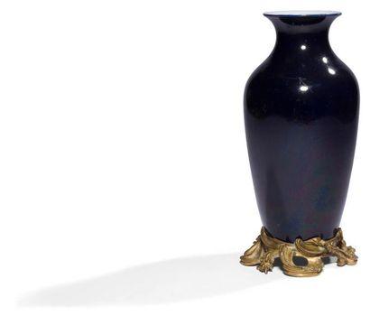 Paris Vase en porcelaine à fond bleu, il...