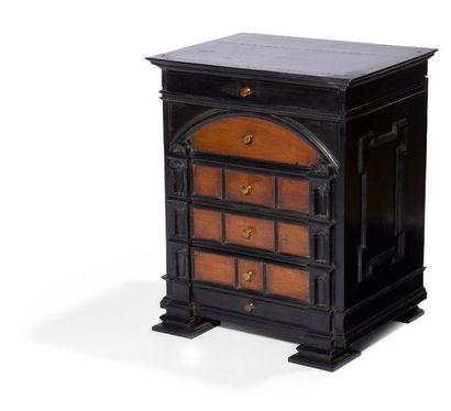 Petit cabinet en noyer, bois noirci et placage...