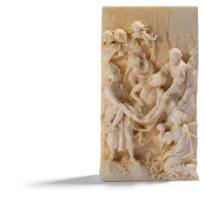 Plaquette en ivoire sculpté en fort relief...