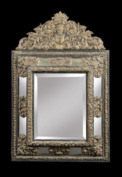 Miroir en cuivre repoussé à décor de rinceaux...