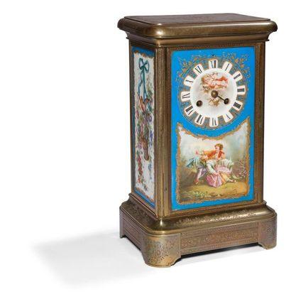 Pendule en porcelaine et bronze gravé, à...