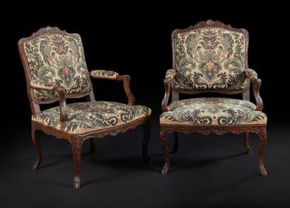 Paire de fauteuils en bois teinté à dossier...