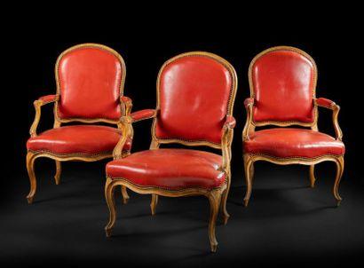 Suite de trois fauteuils en bois teinté et...