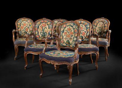 Cinq fauteuils en hêtre teinté, mouluré et...