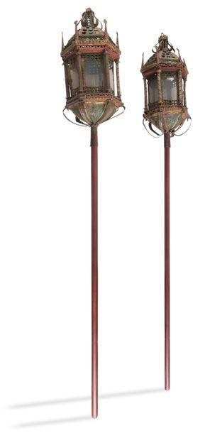 Deux lanternes de procession en fer repoussé...