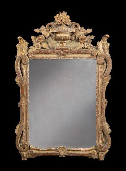 Miroir en bois doré à décor de vase fleuri,...