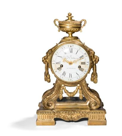Belle pendule en bronze doré à décor de vase,...