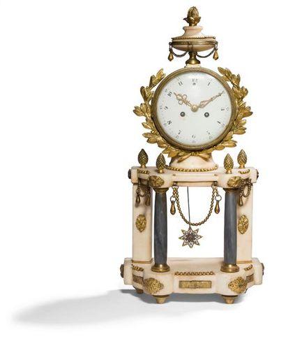 Petite pendule en bronze doré, marbre blanc...
