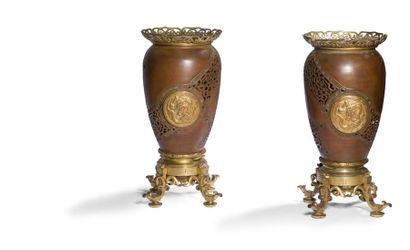 Paire de vases en bronze doré, laiton doré...