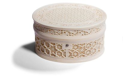Boîte en ivoire à décor floral ajouré, Inde...
