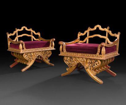 Paire de fauteuils de goût oriental en bois...