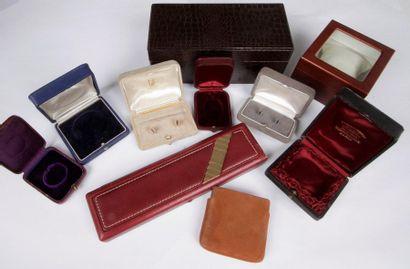 Lot comprenant: 4 écrins pour montres dont...