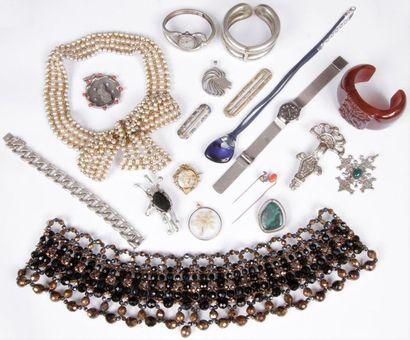 Lot de bijoux fantaisie comprenant: un pendentif...