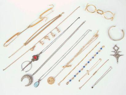 Lot de bijoux, de montres et d'accessoires...