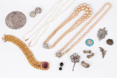 Lot de bijoux fantaisie comprenant: un bracelet,...