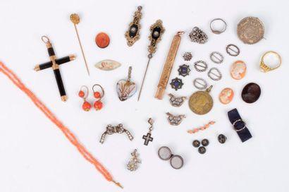 Lot de bijoux en or 18K (750) comprenant:...