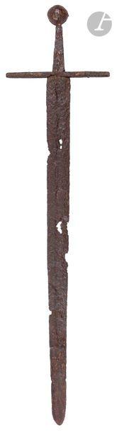 Épée médiévale à large lame à deux tranchants...
