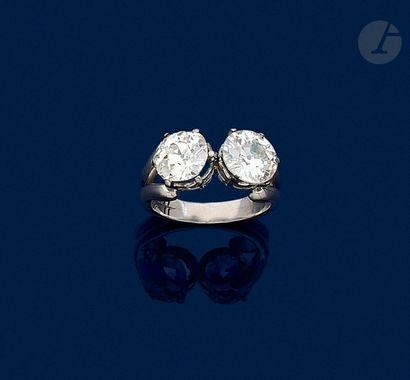 Bague en platine ornée de deux diamants de...