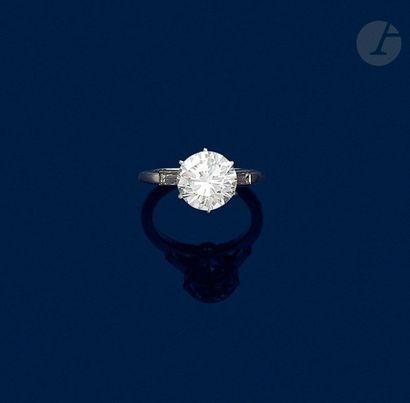 Bague en platine ornée d'un diamant rond...