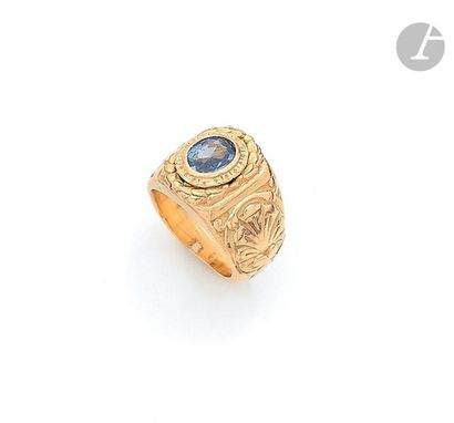 Bague de petit doigt en or 18K (750), ornée d'un saphir de forme ovale serti dans...
