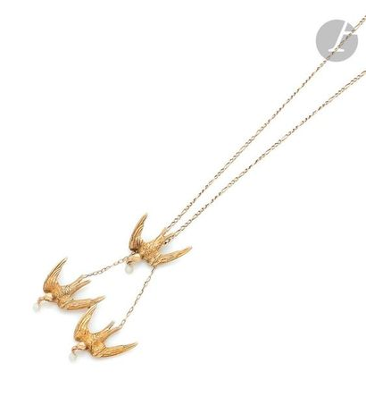 Necklace in 18K (750) gold, decorated with three swallows, each ending with a small...