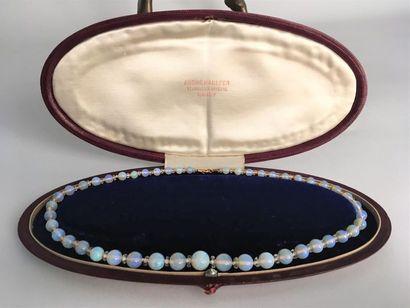 Collier de 47 perles d'opales blanches en chute scandées de viroles facettées en...
